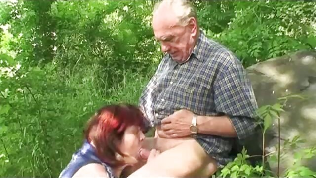 Sexy Sekretärin omas bdsm Schwanz saugen